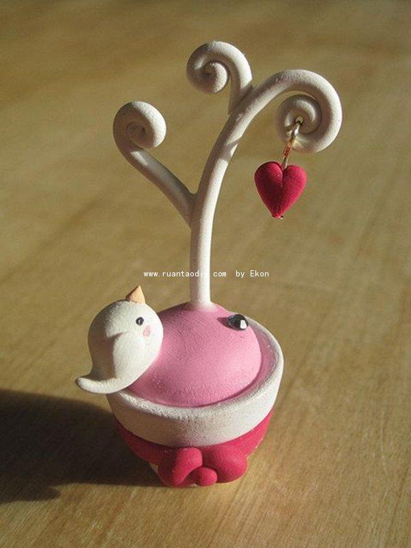 小鸟选用淡黄色的超轻粘土,定义出了小鸟的可爱,花盆虽然是白色,但是