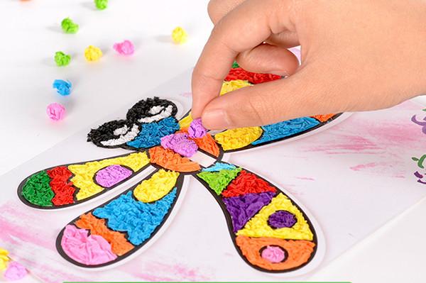 粘貼畫,是通過選擇不同肌理、色彩的材料拼貼構成的畫面。它融繪畫和制作為一體,能夠充分發揮兒童動手的能力。兒童益智手工揉紙立體藝術diy拼粘貼畫是一款新型的親子手工DIY粘貼項目。小朋友通過撕,揉,搓三種方式調整自己想要的形狀,再將調整好形狀大小的小紙團,小紙片,隨心所欲貼在揭開的部分,為了更漂亮,我們配了工具棒,當紙粘上去后,不小心鋪多了,那么,可以用棒子推一下,這樣子不光不想粘紙紙的地方又露出來了,而且做出來的畫面更有肌理感。