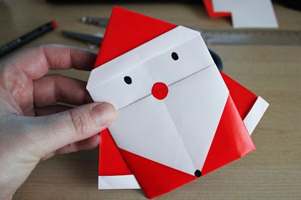 手工diy制作可爱的纸艺圣诞老人产品介绍:今天的主题是圣诞老人,小编将分享几个关于圣诞老人的创意制作—手工diy制作的可爱的纸艺圣诞老人。在圣诞节的时候,圣诞老人的饰品是不可缺少的,今天这几款圣诞老人都是用不同的制作方式diy出来的,有喜欢的朋友赶快来手工diy制作这可爱的纸艺圣诞老人吧。