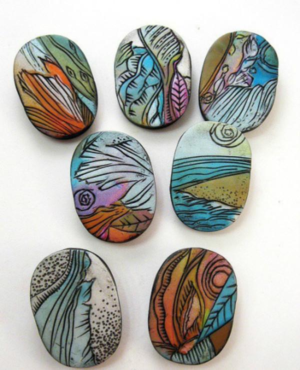 有些孩子已经开始琢磨怎样利用石头纹理创作山水和动物画了.