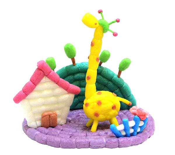 魔法玉米完全是由玉米淀粉、食用色素和水制成的全生物降解玩具,不含化学合成物,无毒无味,对皮肤和眼睛都完全无刺激,是玩具中最顶级的安全环保产品。魔法玉米是一款适合三岁以上孩子的益智玩具,可以自由拼粘和分解,同时具有高度的可塑性,配合多种颜色,简单操作就能产生无限创意。对促进儿童的身体协调发展,手指灵巧度、手眼协调能力、提高孩子的空间想象力、创造力、问题解决能力都有非常大的好处。