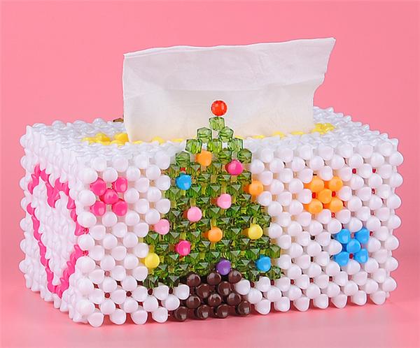 抽纸盒都是家里很常用的东西,不过觉得外表就不怎么滴,都是比较常见的那种。在这里小编就给大家分享一款简单实用的钩针编织抽纸盒DIY,这些手工DIY串珠制作的这种创意圣诞树大号纸巾盒调剖非常有创意哦,采用的是时下最流行的手工串珠制作而成的。制作好这样一款手工DIY串珠制作的这种创意圣诞树大号纸巾盒放在家里非常吸引眼球哦,想学学吗?一起来欣赏一下吧。