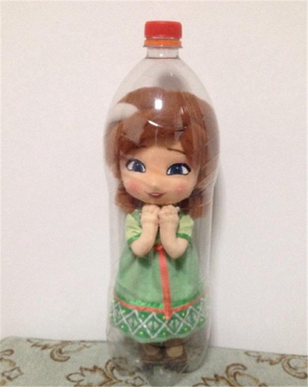 手工布艺diy制作的装可乐瓶子里的小安娜公主