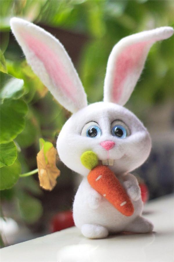 可爱的萌萌哒抱着胡萝卜的手工羊毛毡大白兔