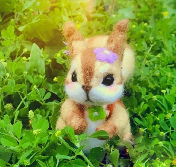 萌萌哒羊毛毡手工diy制作的吃松果的小松鼠