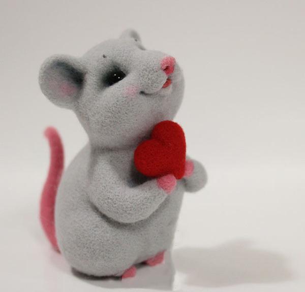 抱着爱心的可爱羊毛毡手工diy的小老鼠