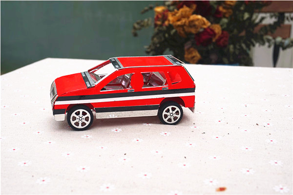 小编给大家分享的这款创意手工模型DIY制作SUV玩具车可是纸制的哦,是不是很棒呢。而且虽然车厢的材质是卡纸,但是轮胎是塑胶的,是可以滑行的,这是与市面上的纸质汽车模型DIY最大的不同哦。有没有朋友喜欢这款创意手工模型DIY制作SUV纸制玩具车,那就赶紧来手工DIY创意小店制作吧!