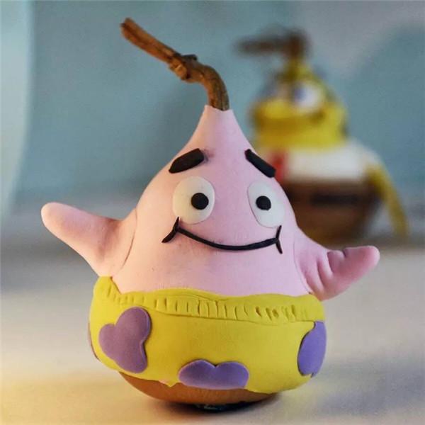 在海底世界里,海绵宝宝是一位做蟹黄堡的厨师,派大星是一只粉红色
