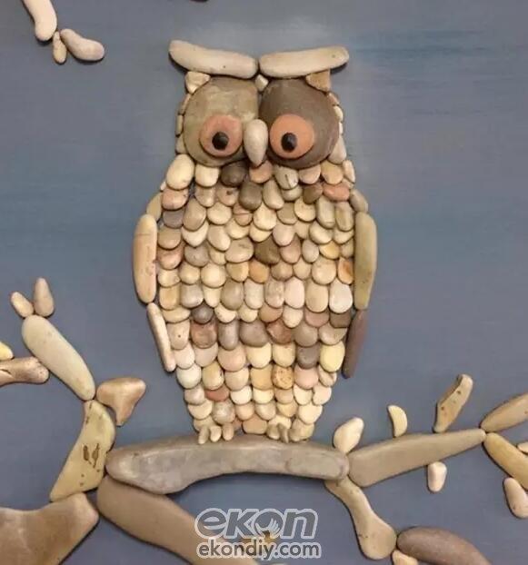 在生活中,石头不仅能铺路、垒墙,看了下面的图片,即使再普通的石头也能变成宝贝。今天小编给大家介绍一款DIY儿童手工坊制作简单的石头动物画,石头也可以这么玩!利用捡回的小石块拼出各种不同的动物形象,看着这些有趣的创意石头拼画,是不是忽然感觉原来小小的石头也有这么大的用处呢?