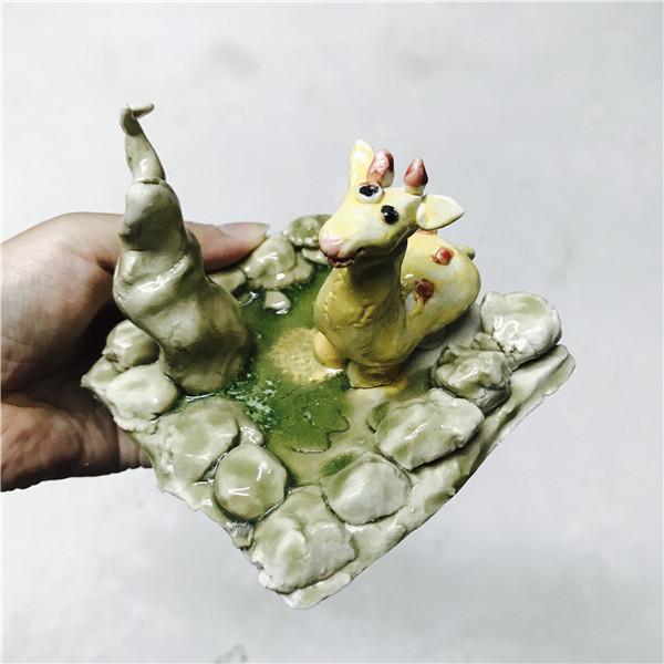立体泥塑主要是用陶泥手捏技法制作可爱的卡通形象,小动物形象和手