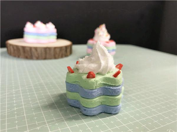 诱人美味的草莓随意地配搭奶油上,有趣的儿童手工乐园还将蛋糕DIY得有很多种颜色,奶油上还洒落着一些糖粒,每一层的颜色看上去都是十分地漂亮。儿童手工乐园今天分享的这款作品成功地打动了小编的心,小编也想要自己动手DIY一款这样漂亮的粘土作品。