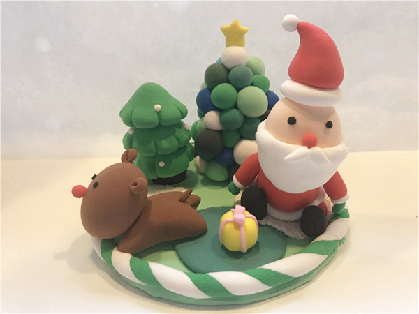 慈祥地圣诞老人被儿童手工diy乐园制作得栩栩如生,远远看上去就像是真