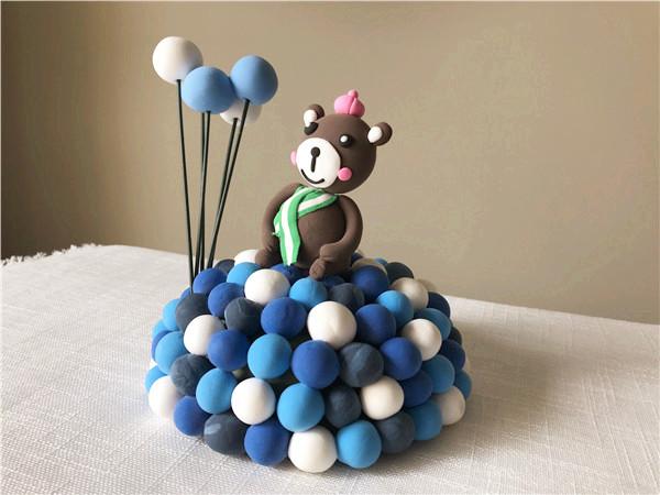 室内儿童手工乐园粘土作品坐在气球上的小熊